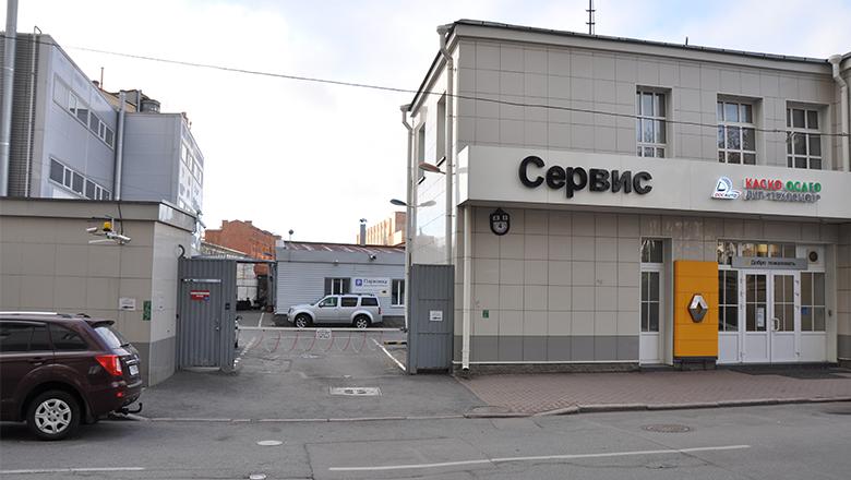 Рено на Петроградской - въезд на парковку