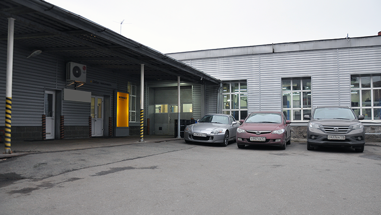 Рено на Петроградской - парковка для клиентов